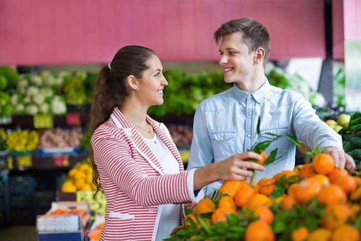 Couple-shopping-for-fresh-groceries-when-to-pick-banana-pepper