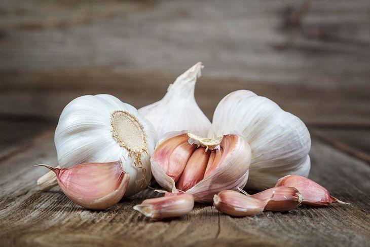 Garlic-bulbs-andcloves-on-wood-how-to-grow-garlic-indoors