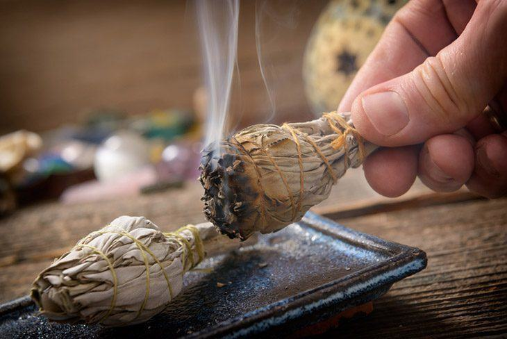 Burning-Sage-to-emit-the-scent-what-does-sage-smell-like
