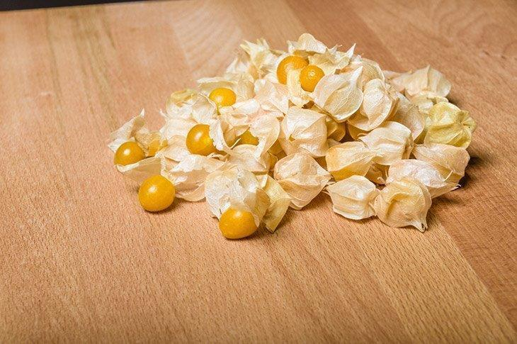 Husks-removed-from-yellow-tomatillos-how-to-store-tomatillos