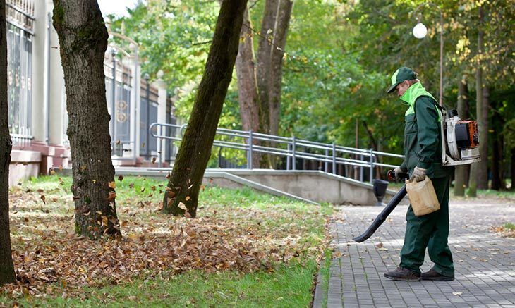 You-need-to-wear-protecting-clothes-when-using-both-traditional-and-modern-cordless-leaf-blower